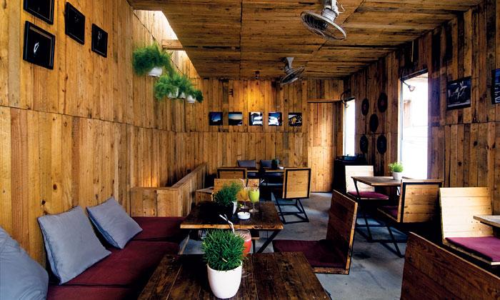 Mộc mạc với quán cà phê bằng gỗ phế liệu