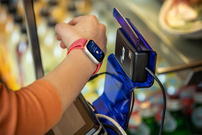 Ở Mỹ, sinh viên dùng iPhone và Apple Watch thay cho thẻ sinh viên